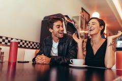 Paar die pret hebben bij een restaurant stock afbeelding