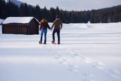 Paar die pret hebben en in sneeuwschoenen lopen Royalty-vrije Stock Foto