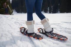 Paar die pret hebben en in sneeuwschoenen lopen Royalty-vrije Stock Afbeeldingen