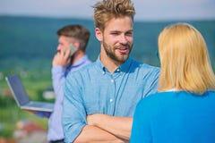 Paar die pret hebben terwijl de bezige zakenman op telefoon spreekt Flirt en liefdesavontuurconcept Echtgenoot verliezende vrouw  stock fotografie