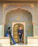 Paar die pret hebben vóór Rose Gate in Stadspaleis, Jaipur, India stock foto's