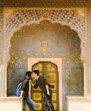 Paar die pret hebben v??r Rose Gate in Stadspaleis, Jaipur, India stock foto's