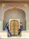 Paar die pret hebben v??r Rose Gate in Stadspaleis, Jaipur, India royalty-vrije stock foto's