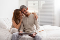 Paar die pret met ipad hebben royalty-vrije stock afbeelding