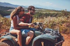 Paar die pret op een weg wegavontuur hebben Stock Foto's