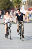 Paar die pret op fietsen hebben Royalty-vrije Stock Afbeelding