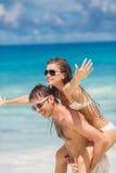 Paar die pret op het strand van een tropische oceaan hebben Stock Afbeelding