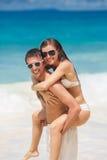 Paar die pret op het strand van een tropische oceaan hebben Royalty-vrije Stock Foto