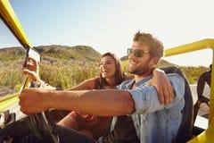 Paar die pret op wegreis hebben Stock Fotografie