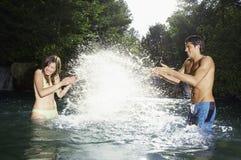 Paar die Pret in Water hebben royalty-vrije stock afbeelding