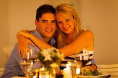 Paar die in restaurant koesteren stock foto's