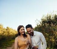 Paar die romantische ogenblikken samen doorbrengen stock fotografie