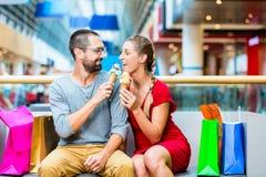 Paar die roomijs in winkelcomplex eten Stock Afbeeldingen