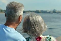 Paar die rust hebben dichtbij rivier Stock Afbeeldingen