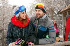 Paar die samen de wintervakantie besteden bij bergplattelandshuisje Royalty-vrije Stock Fotografie