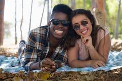 Paar die samen op een deken in het park liggen Stock Fotografie