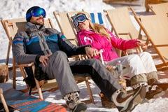 Paar die samen van in zon bij bergen genieten Royalty-vrije Stock Foto