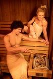 Paar die in Sauna genieten van stock afbeelding