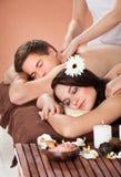 Paar die schoudermassage ontvangen bij kuuroord Royalty-vrije Stock Foto's