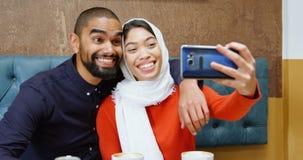 Paar die selfie in cafetaria 4k nemen stock videobeelden