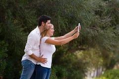Paar die selfie foto openlucht met digitale tablet nemen Stock Foto's