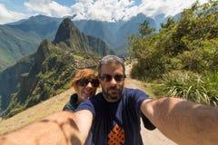 Paar die selfie in Machu Picchu, Peru nemen royalty-vrije stock foto's