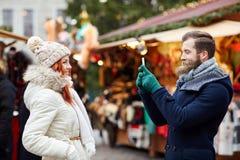 Paar die selfie met smartphone in oude stad nemen Royalty-vrije Stock Foto
