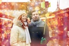 Paar die selfie met smartphone in oude stad nemen Royalty-vrije Stock Afbeelding