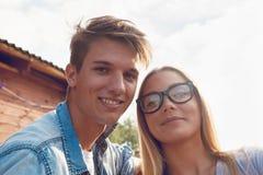 Paar die Selfie nemen dichtbij Rivier Stock Afbeeldingen