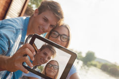Paar die Selfie nemen dichtbij Rivier Stock Afbeelding