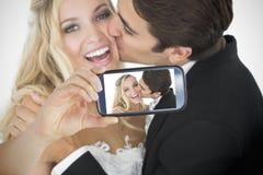 Paar die selfie op smartphone nemen Stock Foto's