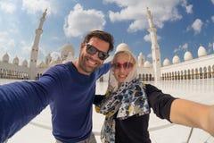 Paar die selfie in Sheikh Zayed Grand Mosque, Abu Dhabi, Verenigde Arabische Emiraten nemen Royalty-vrije Stock Foto's