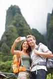 Paar die selfie zelfportret nemen die, Hawaï wandelen Stock Afbeeldingen