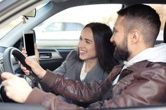 Paar die smartphone in een auto bekijken Royalty-vrije Stock Foto's