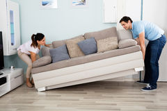 Paar die Sofa In Living Room plaatsen Stock Afbeelding