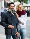 Paar die in stad lopen Stock Foto's