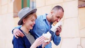 Paar die straatvoedsel eten stock video
