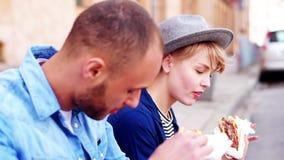 Paar die straatvoedsel eten stock videobeelden
