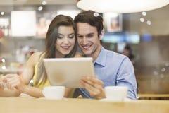 Paar die tablet gebruiken Stock Foto