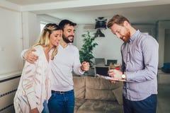 Paar die termijnen van immobili?ncontract ondertekenen royalty-vrije stock fotografie