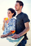 Paar die terwijl het hebben spritz in een strandboulevard ontspannen royalty-vrije stock fotografie