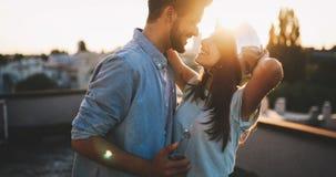 Paar die terwijl het hebben van een drank op dak terrasse flirten stock afbeelding