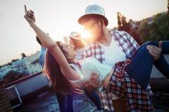 Paar die terwijl het hebben van een drank op dak terrasse flirten royalty-vrije stock afbeelding