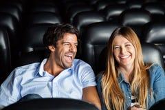 Paar die terwijl het Letten van op Film in Theater lachen royalty-vrije stock fotografie
