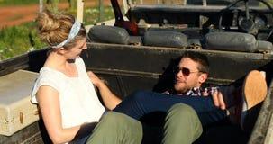 Paar die terwijl het ontspannen in auto 4k op elkaar inwerken stock footage