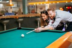Paar die terwijl het spelen van snooker flirten royalty-vrije stock afbeelding