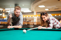 Paar die terwijl het spelen van snooker flirten royalty-vrije stock fotografie