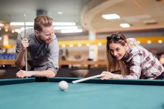 Paar die terwijl het spelen van snooker flirten stock afbeelding
