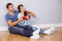 Paar die thee op vloer hebben Stock Foto