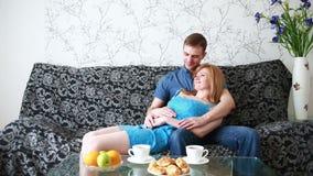 Paar die thuis in bank ontspannen stock video